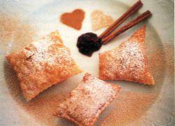 Poistazipf aus Mehl, Salz, Sauerrahm, gefüllt mit Ribislmarmelade, in tiefem Fett gebacken